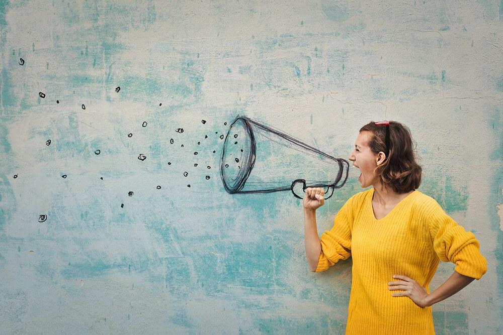 mulher segurando megafone e fazendo promoções