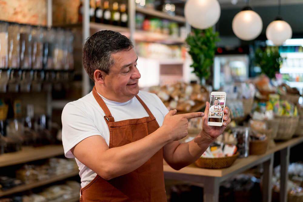 homem com celular na mão acessando marketplace