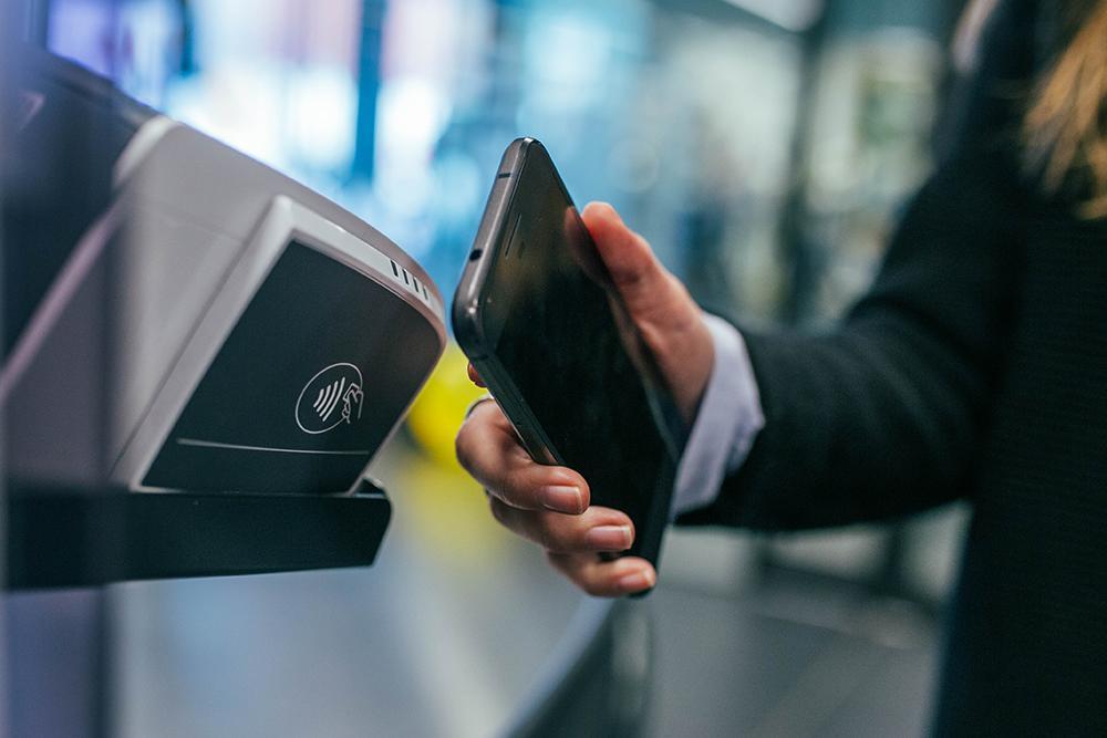 mulher usando meios eletrônicos de pagamento